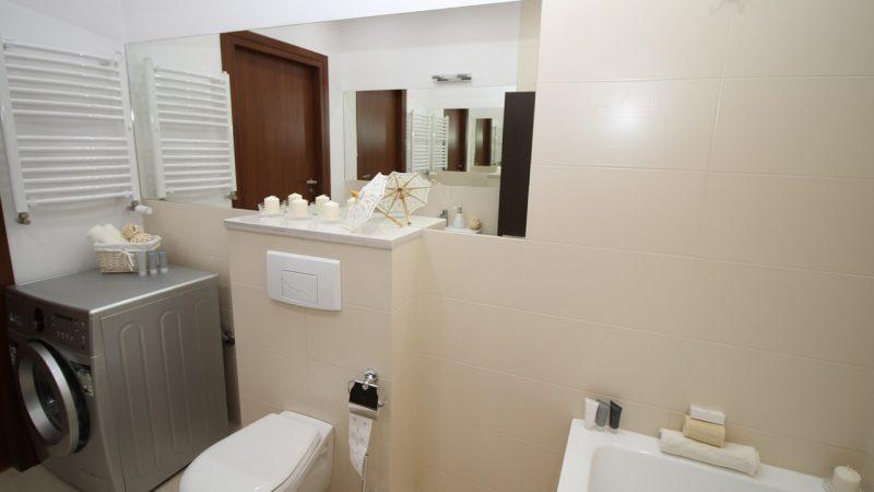 Changer l'abattant du WC avec le tuto du plombier